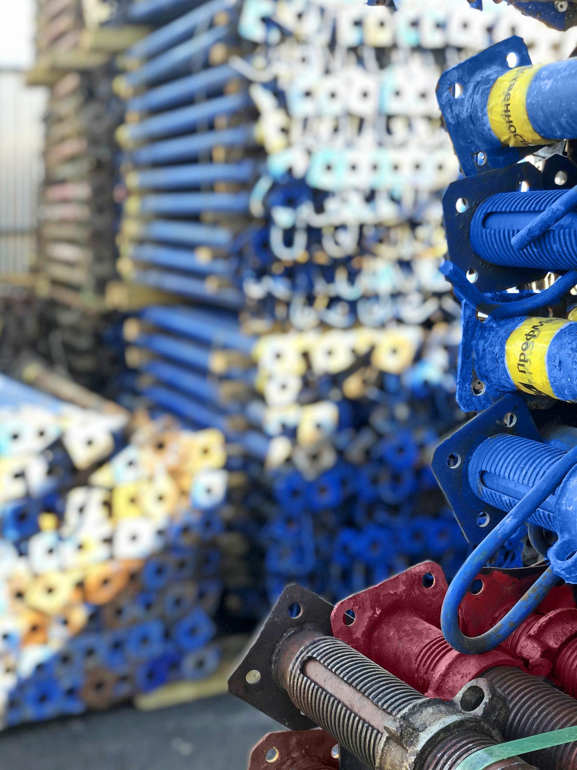 Стойки опалубки на складе